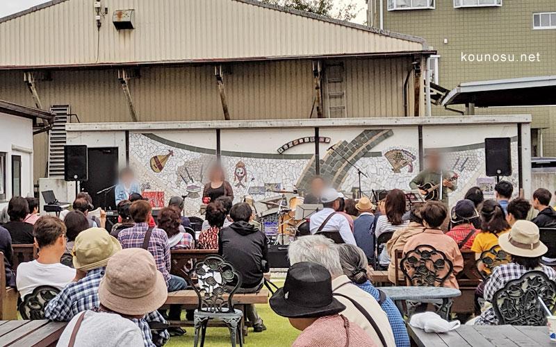ひなの里の広場ではライブ。星野源さんの「恋」で会場も盛り上がりました。